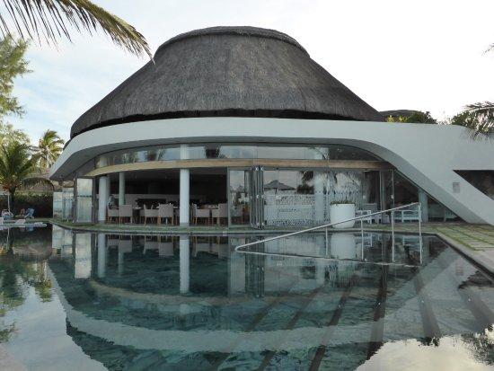 Radisson Blu Poste Lafayette Resort & Spa, Mauritius: Pool with restaurant in the background