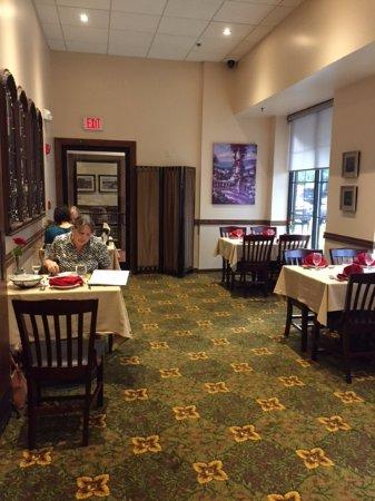 Byblos Restaurant: Small front dining room