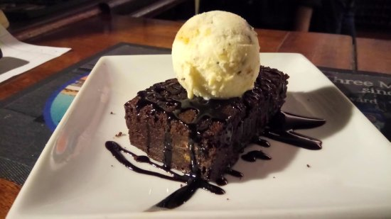 Iden, UK: Chocolate Brownie with Ice Cream