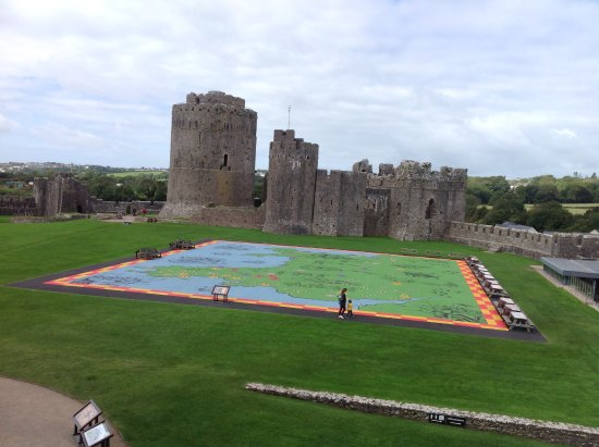 Pembroke, UK: Map of Wales with its castles from the castle wall.