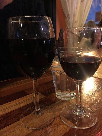 Arjang, Sweden: Ingen ordning på glasen här inte. Har du tur får du ett större rödvinsglas annars får du rött vi
