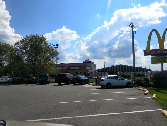 Middletown, DE: Thru parking lot.