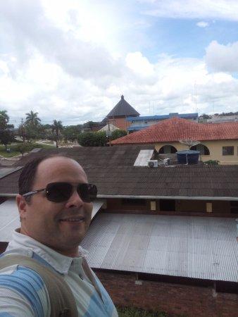 Cruzeiro do Sul, AC : Foto da sacada do hotel com a Catedral Nossa Senhora da Glória ao fundo.