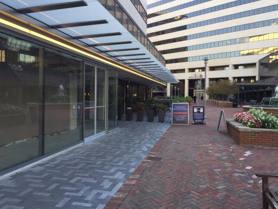 Bethesda, MD: Entrance to hotel from downstairs parking garage
