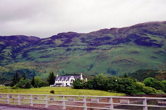 Loch Duich Hotel: view of hotel while walking back from castle