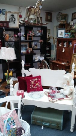 Manteno, Ιλινόις: small furniture...