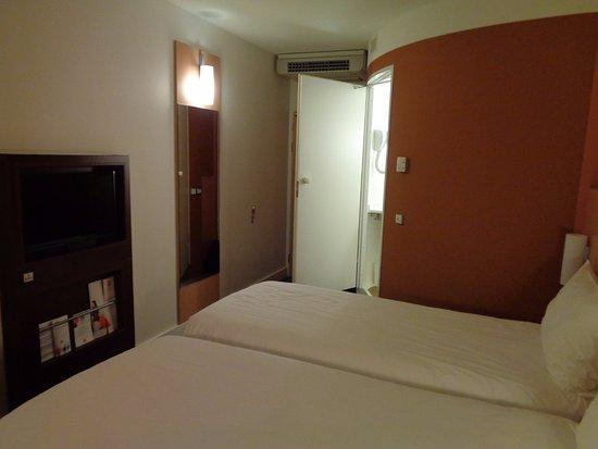Ibis budget Lugano Paradiso : Chambre avec vue sur la salle de bain