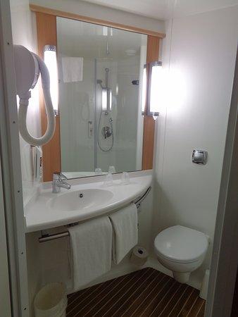 Ibis budget Lugano Paradiso : Salle de bain mais sans la douche qui est à droite de la photo