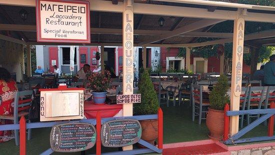 Lagoudera: Tavoli all'aperto sotto la tettoia