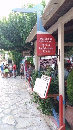 Lagoudera: Ingresso ai tavoli all'aperto sotto la tettoia