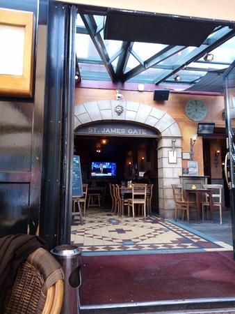 St James's Gate Irish Pub: Inside view