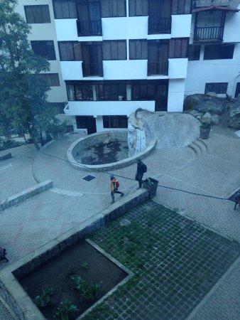 Taypikala Hotel Machupicchu: Foto tirada de meu apartamento. Pracinha com esculturas.