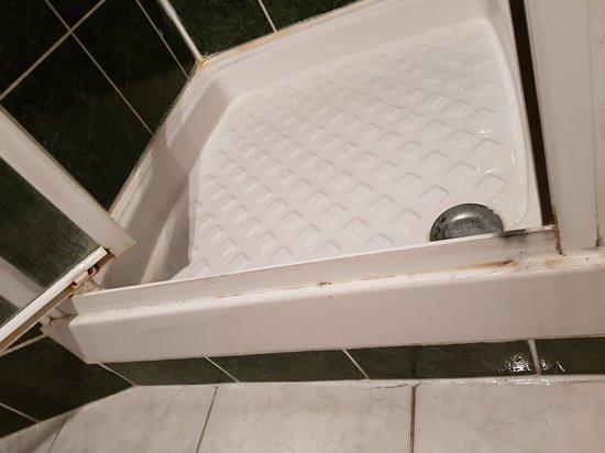 Hotel Montana La Fayette : Douche extrêmement sale