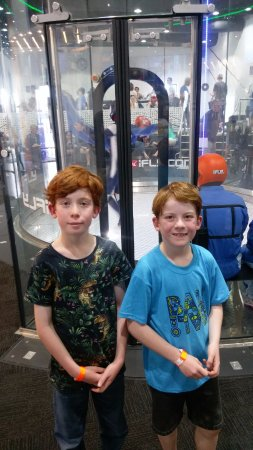 Rivervale, Australië: Two excited boys waiting to experience iFLY