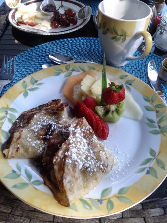 Au Coeur De Magog: French crêpe with maple syrup stuffed with fruits and cheese