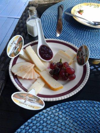 Au Coeur De Magog: Petit déjeuner quatre services : N2 plateau de fromage de l'abbaye Saint Benoît du lac