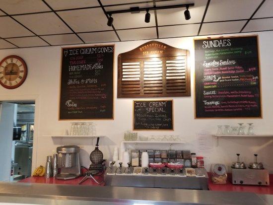 Whitehall, Мичиган: Counter where you order Ice Cream