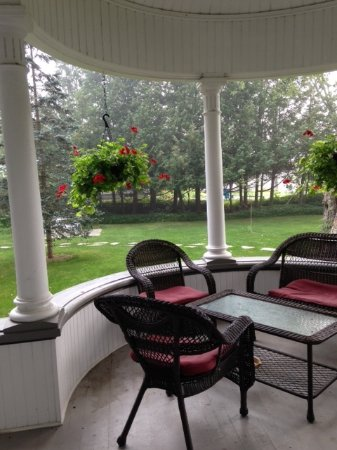 Wakefield, Canadá: Favourite seating area well lit into the evening