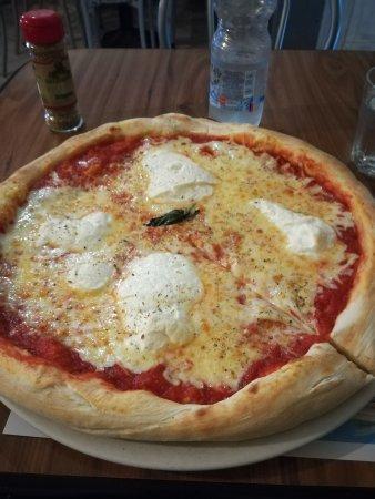 Piccola Ischia: Big pizza lasagna