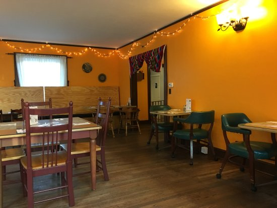 Murray, KY: We were there early and had the dining room to ourselves.