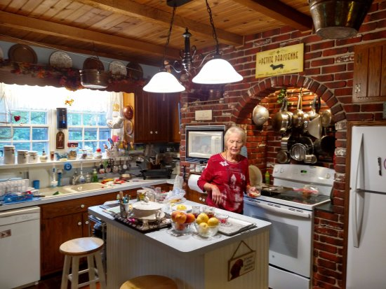 Southern Comfort Bed & Breakfast: Carole in her kitchen.