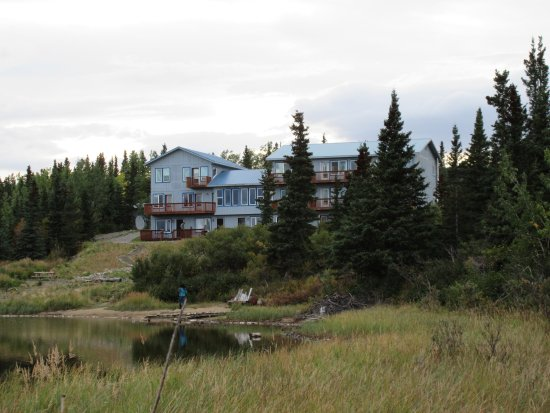 Denali Lakeview Inn: View of the inn from along the lake