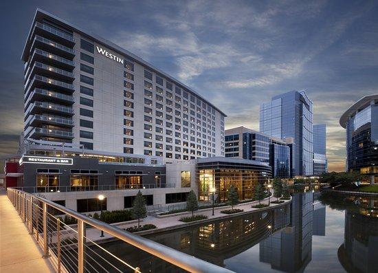 เดอะวูดแลนด์ส, เท็กซัส: Hotel Exterior - Night time