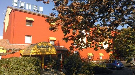Exteriors photo de h tel balladins lyon villefranche sur for Hotels villefranche sur saone