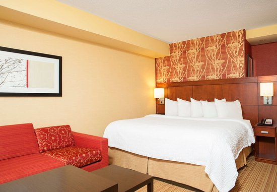 Courtyard Milwaukee Airport: King Guest Room