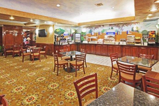 Holiday Inn Express Oklahoma City Airport - Meridian Avenue: Breakfast Area