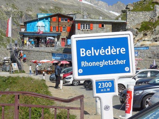 Gletsch, Ελβετία: フルカ峠のドライブインの中にローヌ氷河への入場口がある。