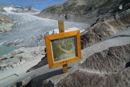 Gletsch, Ελβετία: 1996年当時の氷河の写真の立て看板