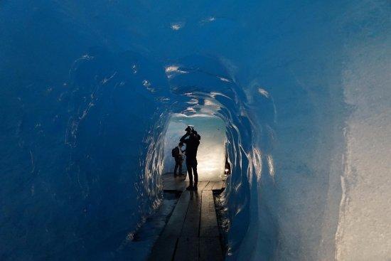 Gletsch, Ελβετία: 氷河の中は明るくて青い