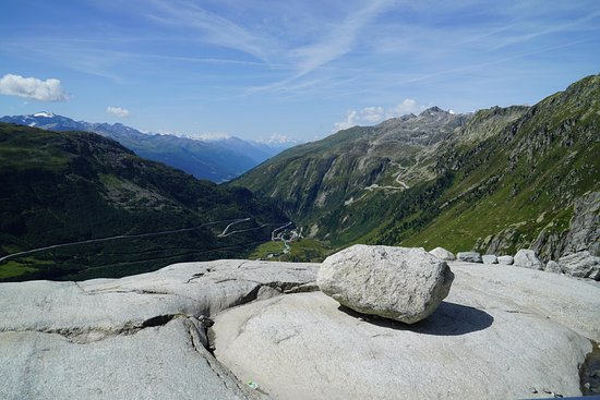 Gletsch, Ελβετία: Glacial potholeと峠から西方面を望む。氷河が浸食した地形。