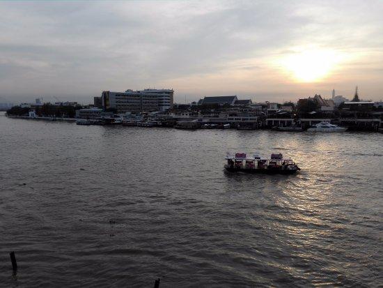 Baan Wanglang Riverside: 対岸の「ター・マハタート」との間の渡し舟