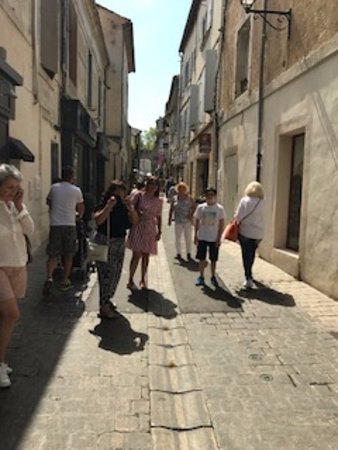 Saint-Remy-de-Provence, França: Visitors and locals walking around the small streets.