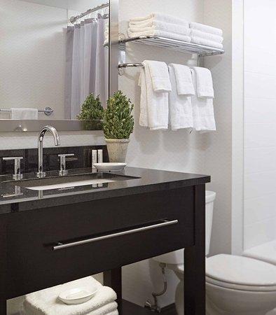 Williston, VT: Suite Bathroom