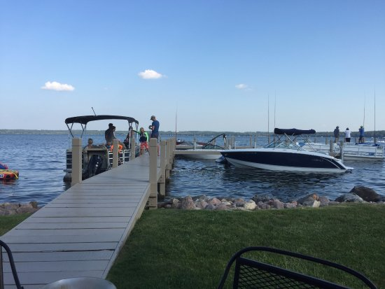 Green Lake, WI: dock in front of the restaurant