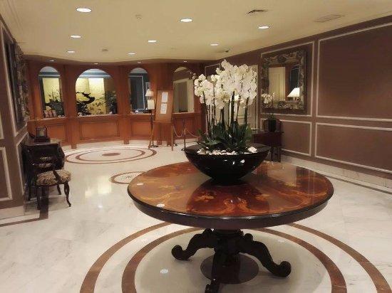 Hotel Lisboa Plaza : szálloda hallja, friss virággal