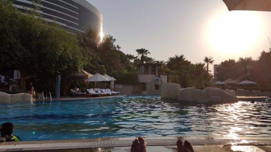 جراند حياة دبي: Relaxing by the pool shortly before sunset