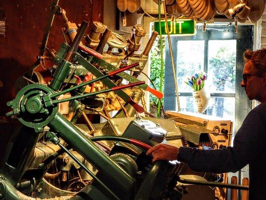 Marken, Nederland: Wooden shoe-making demonstration