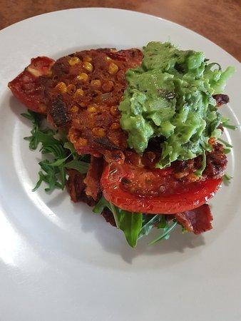 Benalla, Austrália: Sweet corn frittas with tomato, avacado salsa, bacon and spinach