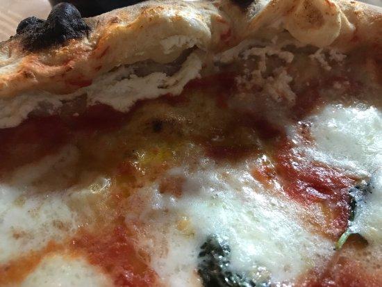 Castrocielo, Italia: Pizza il Mulino.. Margherita DOC con crosta ripiena di ricotta