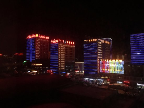 Tieniu Hotel: Nighttime view from the corridor