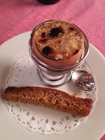 Tavel, France: Pré dessert, Crême brûlée dans une coquille d'oeuf avec pain dépide Rigolo et très bon