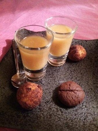 Tavel, France: Avec le café, petiite compote de pommes avec mignardises. Sympa