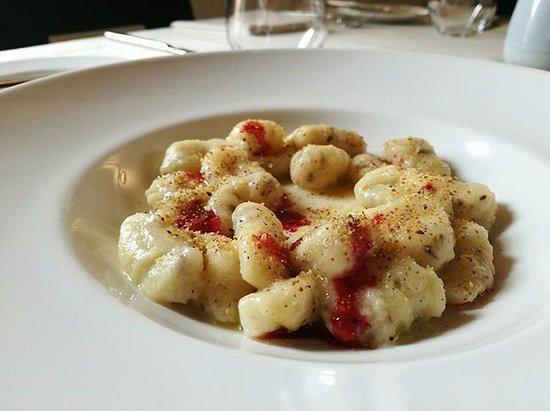 Villanova d'Asti, Italy: Gnocchi alle olive, formaggio di capra, estratto di barbabietola