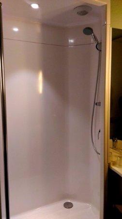 Le Petit Quevilly, France: douche dans la chambre (peu d'intimité)