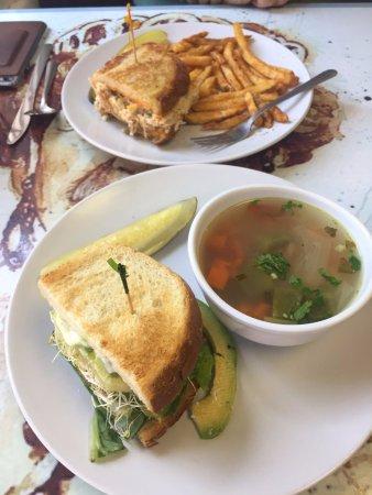 ซีลบีช, แคลิฟอร์เนีย: Tuna melt and the Healthy sandwich along with 'healthy' fries and turkey & rice soup