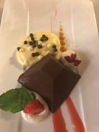 Colorno, Italia: Chocolate pyramid with apparently Chantilly cream
